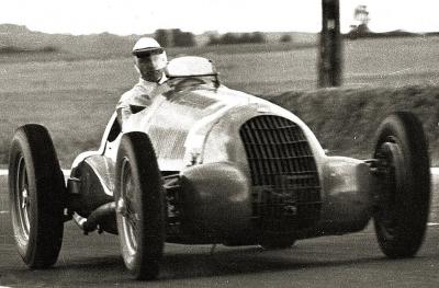 L'ancien pilote Raymond Sommer et son Alfa 308